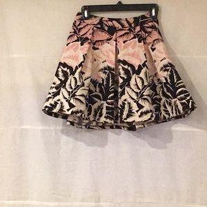 Mini skirt with leaf patterns, chic and modern.
